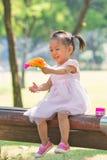 Behandla som ett barn flickan som spelar bubblavapnet Royaltyfri Bild