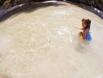 Behandla som ett barn flickan som spelar i havet Arkivbild