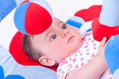 Behandla som ett barn flickan som spelar med, behandla som ett barn leksakidrottshall Arkivbilder