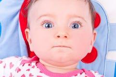Behandla som ett barn flickan som spelar med, behandla som ett barn leksakidrottshall Royaltyfri Fotografi