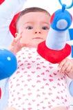 Behandla som ett barn flickan som spelar med, behandla som ett barn leksakidrottshall Arkivbild