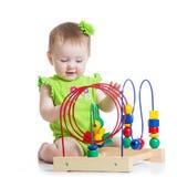 Behandla som ett barn flickan som spelar med den bildande leksaken Arkivbild