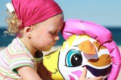 Behandla som ett barn flickan som spelar tid på stranden Royaltyfri Foto