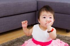 Behandla som ett barn flickan som suger hennes tumme Royaltyfri Foto