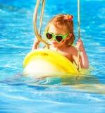 Behandla som ett barn flickan som svänger på vattendragningar Royaltyfria Foton