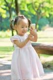 Behandla som ett barn flickan som tar fotoet vid mobil 3 Arkivbilder