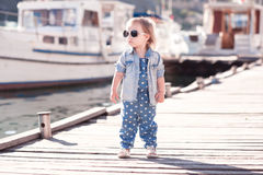 Behandla som ett barn flickan som utomhus poserar Royaltyfria Foton