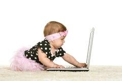Behandla som ett barn flickan spelar Royaltyfri Fotografi