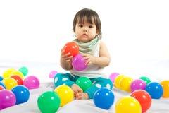 Behandla som ett barn flickan spelar bollen Arkivbild