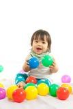 Behandla som ett barn flickan spelar bollen Royaltyfri Fotografi