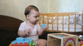 Behandla som ett barn flickan som spelar med färgrika leksaker som hemma sitter på en bad stock video