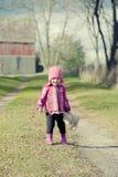 Behandla som ett barn flickan stående hållande Teddy Bear Royaltyfri Fotografi