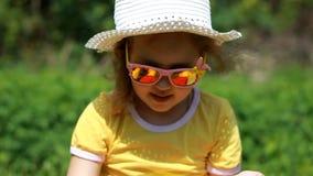 Behandla som ett barn flickan som suddar hans solbränna för fase- och kroppsolkräm Suncream kräm Sunprotection kräm Closeupbarn lager videofilmer
