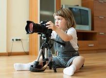 Behandla som ett barn flickan tar fotoet med kameran Arkivfoton