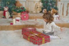 Behandla som ett barn flickan tycker om gåvorna Fotografering för Bildbyråer