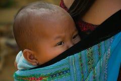 Behandla som ett barn flickan under förälskelsemarknadsfestival i Vietnam Arkivfoto