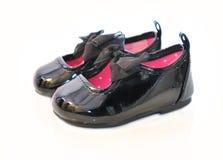Behandla som ett barn flickans skor för patentläder. Royaltyfri Bild