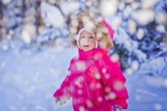 Behandla som ett barn flickans stående Arkivbilder