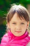 behandla som ett barn flickapinken arkivfoton