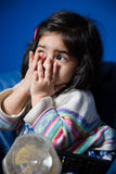 Behandla som ett barn flickasammanträde på en soffa arkivfoto
