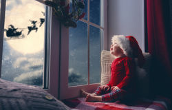 Behandla som ett barn flickasammanträde vid fönstret Royaltyfria Bilder