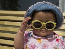 behandla som ett barn flickasolglasögon Royaltyfria Foton