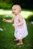 behandla som ett barn flickasommaren arkivfoton