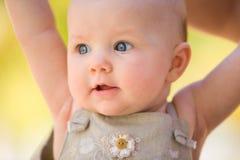 behandla som ett barn flickasommaren Arkivfoto