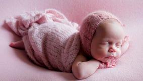 Behandla som ett barn flickaspädbarnet i klänning sovande Arkivfoto
