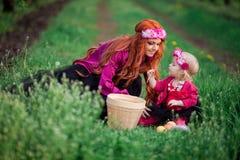 Behandla som ett barn flickavårträdgårdar kvinnan, maskrosor arkivfoton