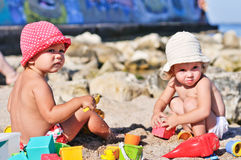 Behandla som ett barn flickor med sand arkivfoto