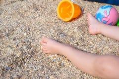Behandla som ett barn fot i sanden Fotografering för Bildbyråer