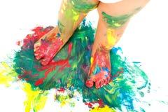 Behandla som ett barn fot på färgrik mosaikmålarfärg. Royaltyfria Foton
