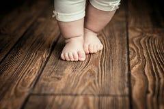 Behandla som ett barn fot som gör första steg Behandla som ett barn första steg för ` s behandla som ett barn fot Royaltyfri Bild