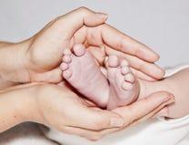 behandla som ett barn fot som rymmer älska moder två Arkivbilder