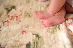 behandla som ett barn fothandmommy s Royaltyfri Foto