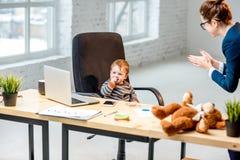 Behandla som ett barn framstickandet på kontoret Arkivbild