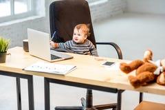 Behandla som ett barn framstickandet på kontoret Arkivfoton