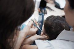 Behandla som ett barn frisören fotografering för bildbyråer
