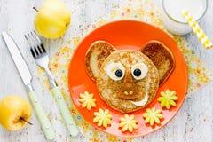 Behandla som ett barn frukostpannkakor Royaltyfria Foton