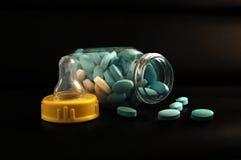 behandla som ett barn fulla pills för flaskan Arkivbild