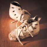 behandla som ett barn gammala skor Arkivbild