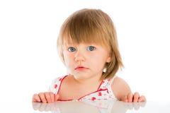 behandla som ett barn gammala två år för flickan Arkivfoto