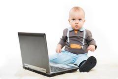 Behandla som ett barn genom att använda bärbar dator royaltyfri fotografi