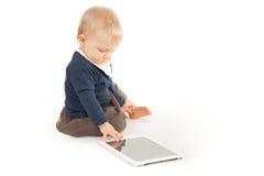 Behandla som ett barn genom att använda den digitala minnestavlan Fotografering för Bildbyråer