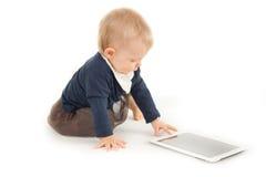 Behandla som ett barn genom att använda den digitala minnestavlan Royaltyfri Fotografi