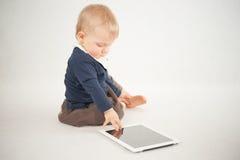 Behandla som ett barn genom att använda den digitala minnestavlan Royaltyfria Foton