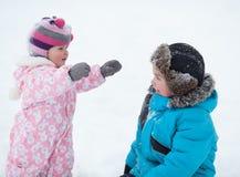 Behandla som ett barn gladlynt lycklig pojke två och flickan i vinter parkerar Royaltyfria Foton
