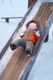 Behandla som ett barn glida ner glidbanorna för barn 免版税库存照片
