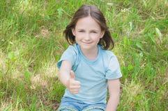 Behandla som ett barn godan för flickasommar utomhus Arkivbilder